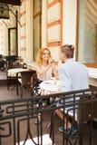 Красивые пары имея кофе на дате, имеющ потеху совместно Стоковые Фото