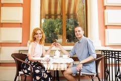Красивые пары имея кофе на дате, имеющ потеху совместно Стоковое Изображение RF