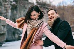 Красивые пары молодые люди ехать на льде Стоковая Фотография