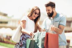 Красивые пары наслаждаются ходить по магазинам совместно Стоковые Изображения
