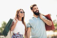 Красивые пары наслаждаются ходить по магазинам совместно, Стоковые Изображения RF