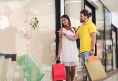 Красивые пары наслаждаются ходить по магазинам совместно Стоковое Фото
