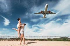 Красивые пары на иметь потеху на пляже Счастливые пары на каникулах Отключение медового месяца Любовники медового месяца Путешест стоковое фото