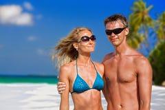 Красивые пары на пляже Стоковая Фотография
