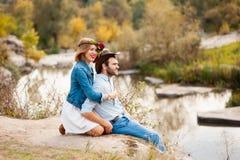 Красивые пары обнимая один другого около реки горы Стоковая Фотография