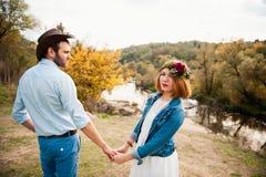 Красивые пары обнимая один другого около реки горы Стоковое Фото