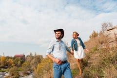 Красивые пары обнимая один другого около реки горы Стоковая Фотография RF