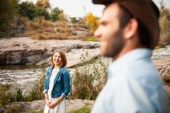 Красивые пары обнимая один другого около реки горы Стоковые Фотографии RF