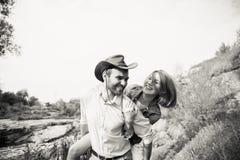 Красивые пары обнимая один другого около реки горы Стоковое фото RF