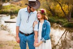 Красивые пары обнимая один другого около реки горы Стоковое Изображение RF