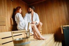 Красивые пары ослабляя в сауне Стоковые Фото