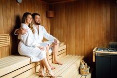 Красивые пары ослабляя в сауне Стоковые Изображения