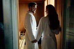 Красивые пары ослабляя в сауне Стоковое фото RF