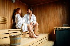 Красивые пары ослабляя в сауне Стоковое Фото