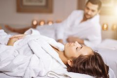Красивые пары ослабляя в спа-центре Стоковое Изображение
