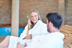 Красивые пары ослабляя совместно в центре курорта после косметики Стоковое Фото