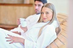 Красивые пары ослабляя совместно в центре курорта после косметики Стоковые Фотографии RF