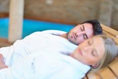 Красивые пары ослабляя совместно в центре курорта после косметики Стоковые Изображения RF