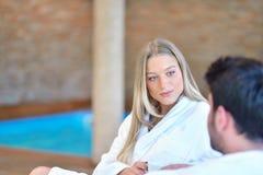 Красивые пары ослабляя совместно в центре курорта после косметики Стоковые Фото