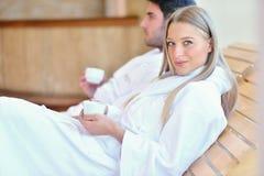 Красивые пары ослабляя совместно в центре курорта после косметики Стоковое Изображение