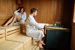 Красивые пары ослабляя в сауне Стоковые Фотографии RF