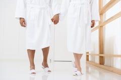 Красивые пары приезжая на курорт Стоковая Фотография RF