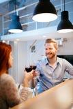Красивые пары провозглашать с вином Стоковые Изображения RF