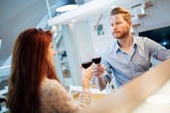 Красивые пары провозглашать с вином Стоковое Изображение RF