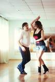 Красивые пары профессиональных художников танцуя запальчиво danc Стоковые Фото