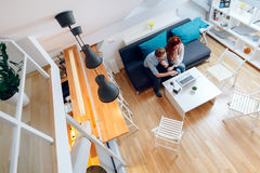 Красивые пары работая на компьтер-книжке Стоковая Фотография RF