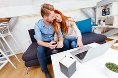 Красивые пары работая на компьтер-книжке Стоковое Изображение RF