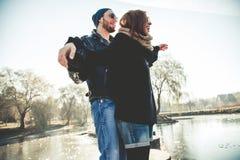 Красивые пары рок-н-ролл наслаждаются жизнью outdoors Стоковое Изображение RF