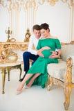 Красивые пары родителей в ожидании ребенка Сердце на беременном tummy Стоковая Фотография RF
