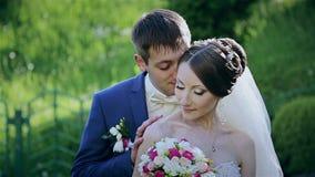 Красивые пары свадьбы в парке акции видеоматериалы