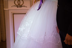 Красивые пары свадьбы, жених и невеста держа руки на w Стоковые Фото