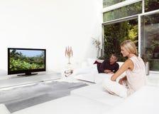 Красивые пары смотря ТВ Стоковое Изображение RF