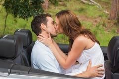 Красивые пары целуя в заднем сиденье стоковое изображение rf