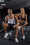 Красивые пары человека и женщины на спортзале Стоковое Изображение