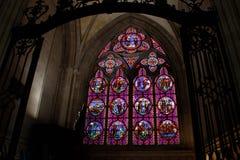 Красивые пестротканые витражи в главном готическом соборе дамы Руана северной стоковое изображение rf