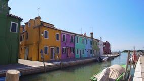 Красивые пестротканые дома и канал в Венеции, красочных зданиях в Burano акции видеоматериалы
