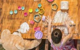 Красивые печенья выпечки девушки Стоковые Фото