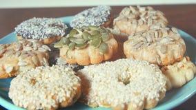 Красивые печенья с гайками на плите бирюзы, деревянным столом конца-вверх сток-видео