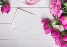 Красивые пионы и чистый лист бумаги в конверте Стоковая Фотография