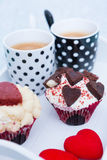 Красивые пирожные и кофе на подносе Стоковые Изображения RF