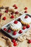 Красивые пирожные шоколада с белыми сливк и вишней протеина Стоковое Фото