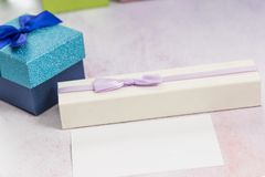 Красивые подарки на таблице стоковое изображение