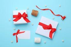Красивые подарочные коробки рождества с лентами на предпосылке цвета, взгляд сверху стоковое изображение
