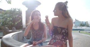 Красивые подруги имея потеху в городе во время солнечного дня Стоковые Фото