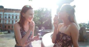 Красивые подруги имея потеху в городе во время солнечного дня Стоковое фото RF