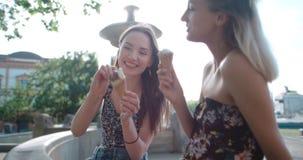 Красивые подруги имея потеху в городе во время солнечного дня Стоковое Фото